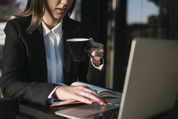 Blog Professionnel Entreprise Femme Affaires Aide Ordinateur Portable Tout Prenant Tasse Cafe