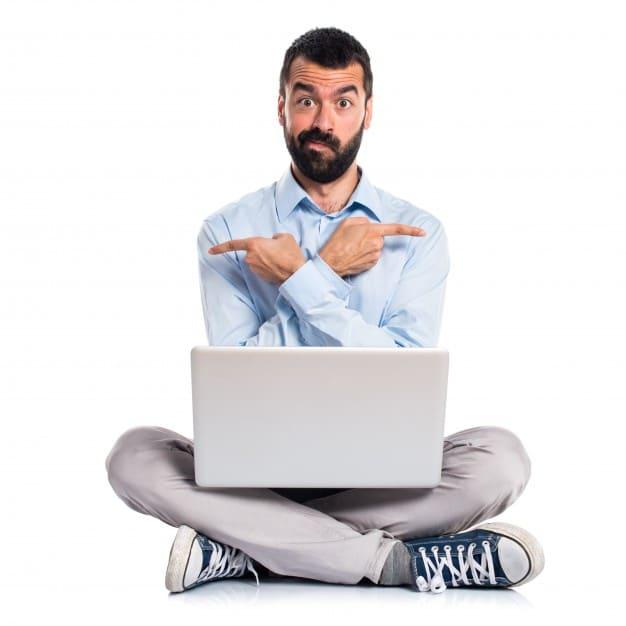 quel blog choisir Homme Ordinateur Portable Pointant Vers Cote Ayant Doutes